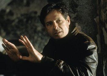 Кевин Рейнольдс в куртке
