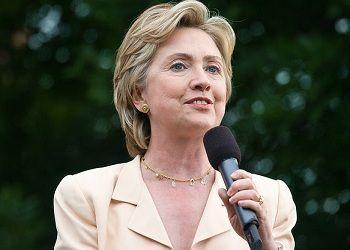 Хиллари Клинтон с микрофоном