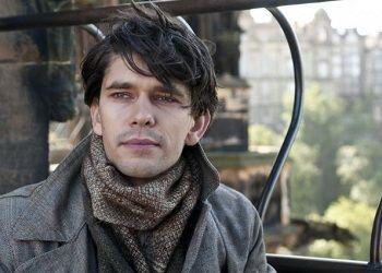 Бен Уишоу в пальто