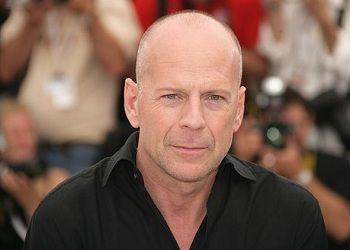 Брюс Уиллис в черной рубашке