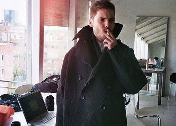 Даниэль Брюль с сигаретой