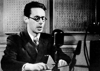 Юрий Левитан на радиостудии