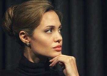 Серьезная Анджелина Джоли