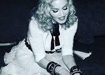 Мадонна улыбается
