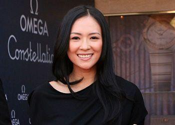 Чжан Цзыи улыбается