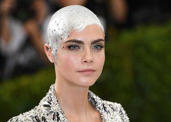Кара Делевинь с блестками на голове