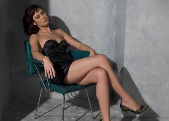 Ольга Куриленко на стуле