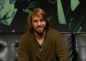Александр Ажа улыбается